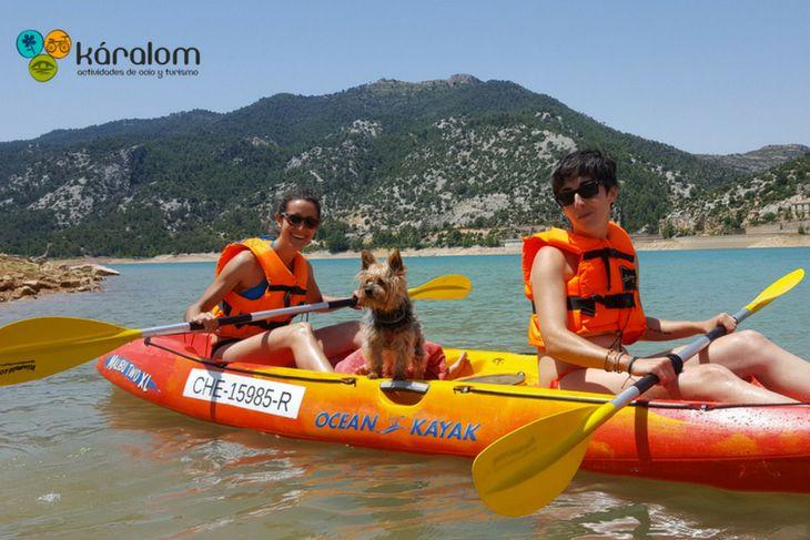 Kayak doble con mascota en el Pantano de Pena