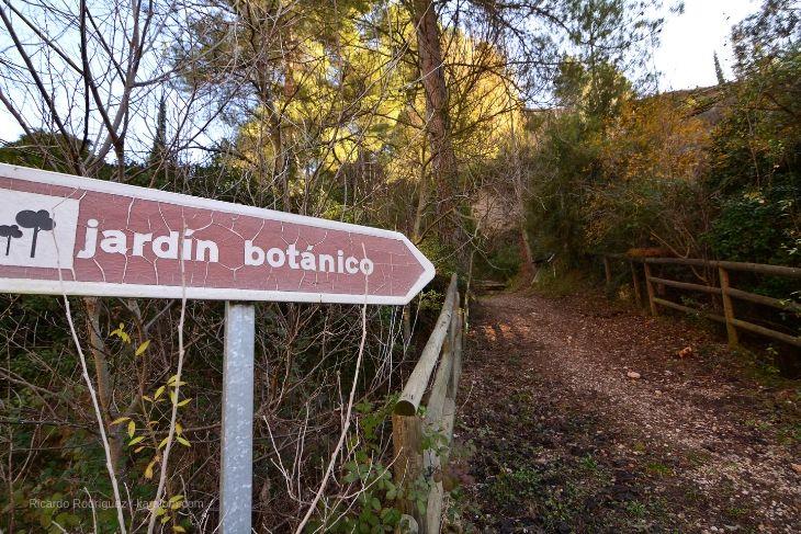 Acceso al jardín botánico en Ráfales