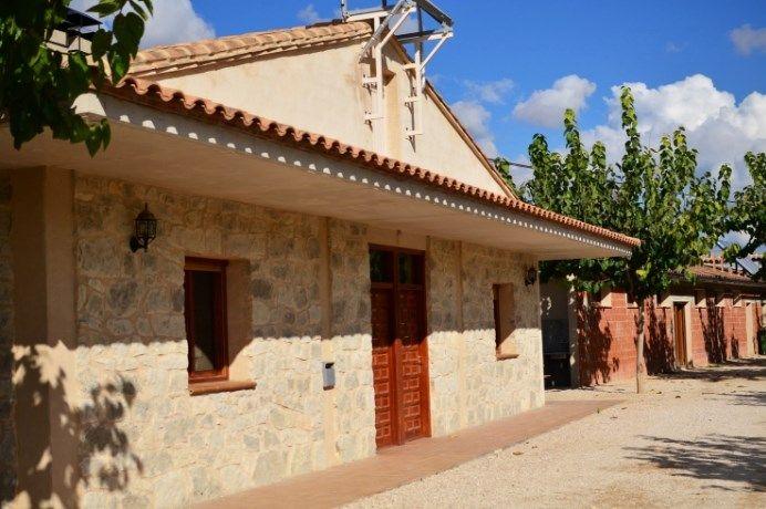 Fachada bungalow con barbacoa camping Matarraña