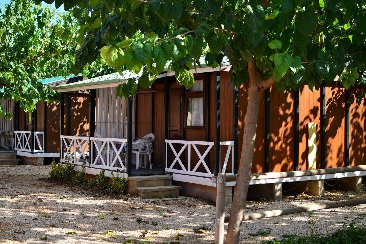 Vista sombreada cabaña de madera