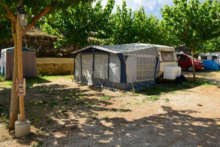 Caravana con avance en parcela Camping